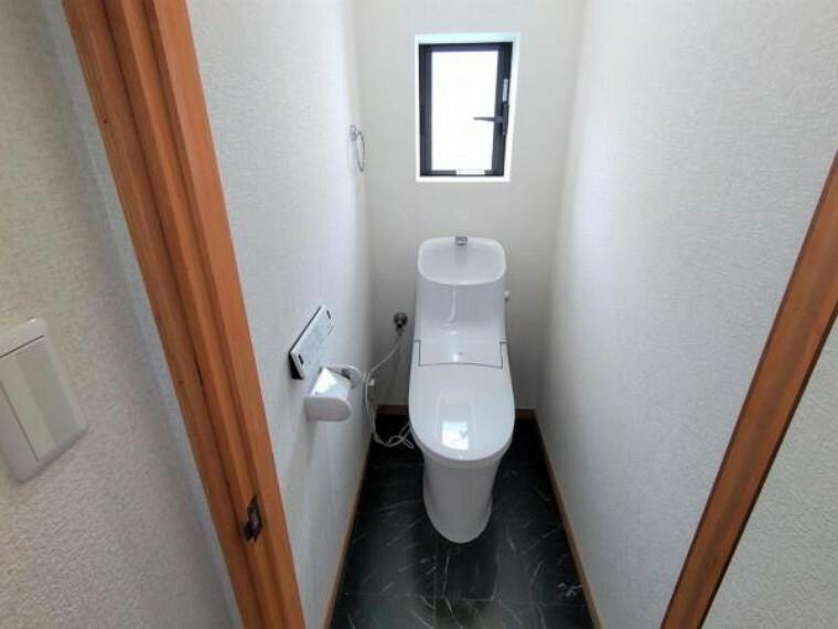 トイレ 【リフォーム後写真】トイレは新品交換を行い、床はクッションフロアの重張を行い、天井・壁のクロスは張替えを行いました。壁と天井を白で統一し清潔感のあるトイレになりました。