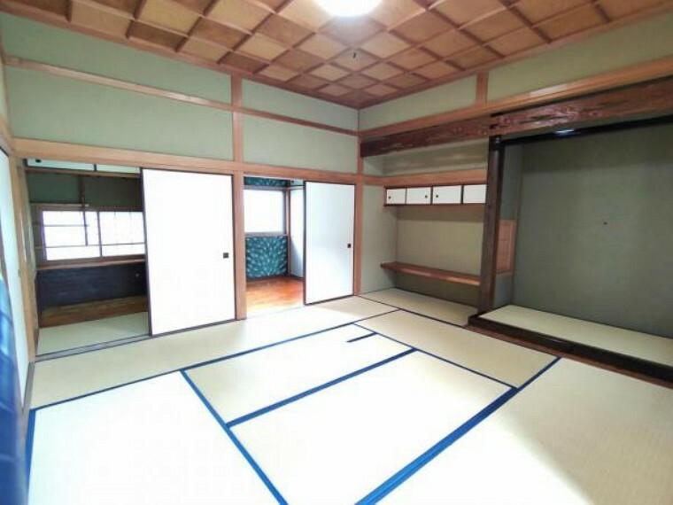 【リフォーム後写真】8帖和室の写真です。畳の表替えを行いました。納戸もあるので荷物など収納することができます。