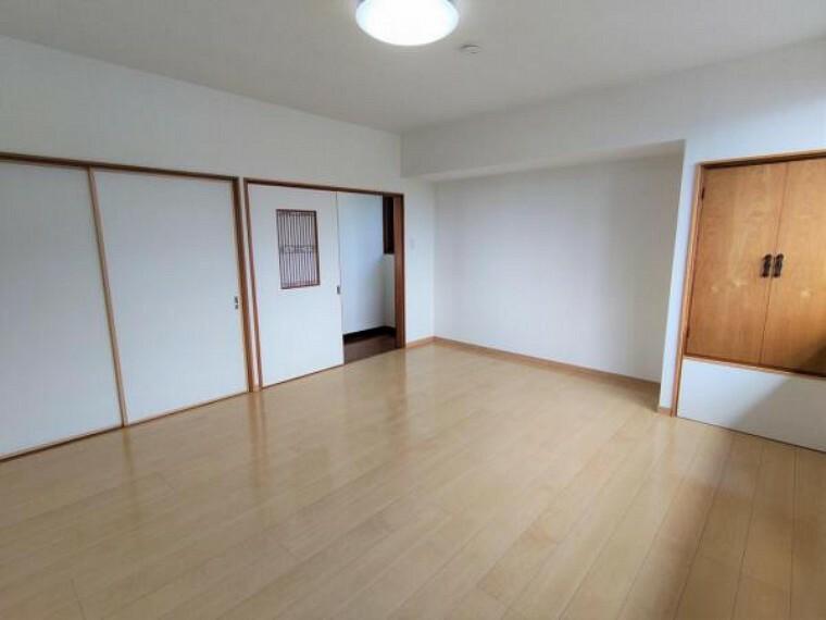 【リフォーム後写真】2階8帖洋室別角度からの写真です。収納も充実していますので荷物が多い方も安心です。