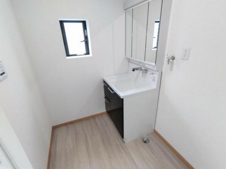 【リフォーム後写真】洗面脱衣所の写真です。洗面台の新品交換、床・クロスの張替えをおこないました。新しい洗面台で毎日の支度もはかどりそうです。