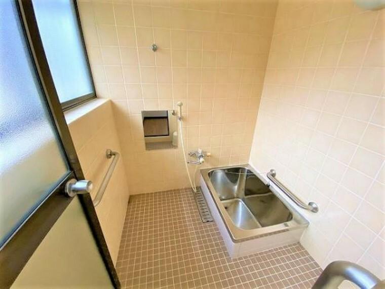 浴室 浴室に窓があるので換気もしっかりとできます