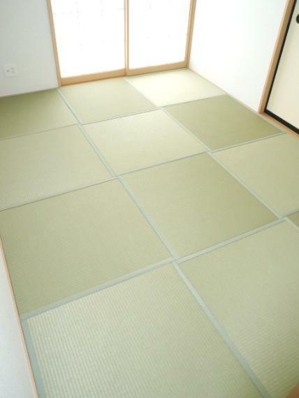 寝室 緑を基調とした室内が癒しを与えてくれます。やはり日本人には和室が必要ですね。