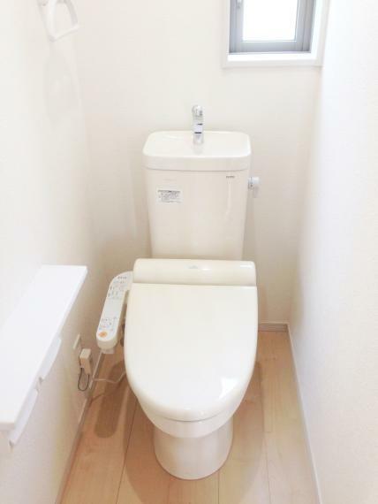 トイレ ウォシュレット機能はもちろん、人感センサーでフタが自動で開閉。 便座の保温電力を節約します。