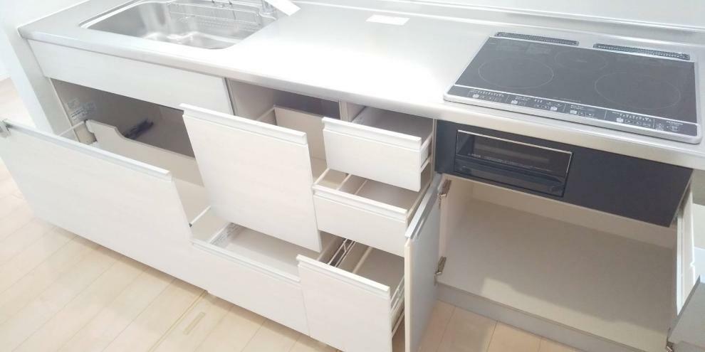 収納 大容量のキッチン収納。 大きな鍋や食器類もきれいに収まります。
