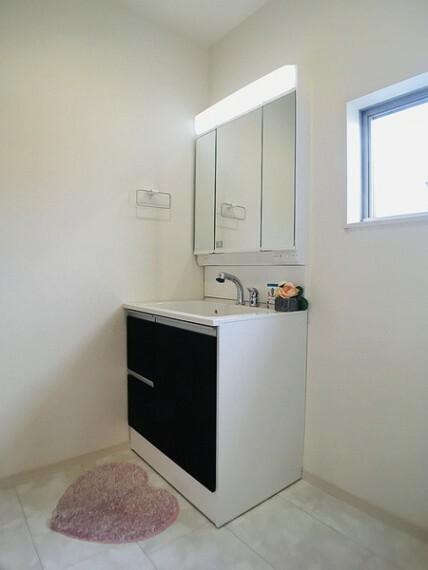 洗面化粧台 三面鏡にハンドシャワー付きの洗面台で 朝の身支度もスムーズにできます。 上質な洗面空間がゆとりの時間を演出します。