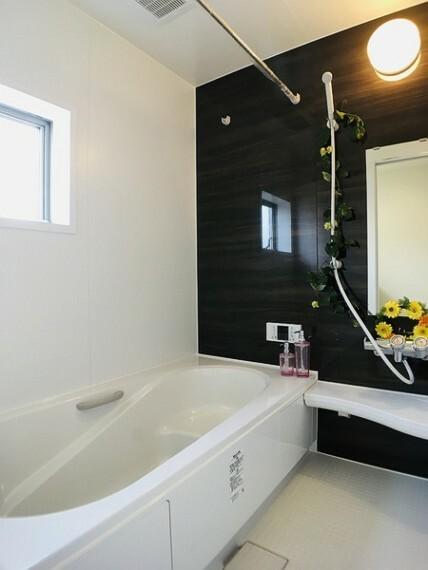 浴室 広々としたバスルームでゆったりとバスタイムをお楽しみいただけます。 お子様と一緒に入れる浴槽が嬉しい。 雨の日のお洗濯に便利な浴室乾燥機付。