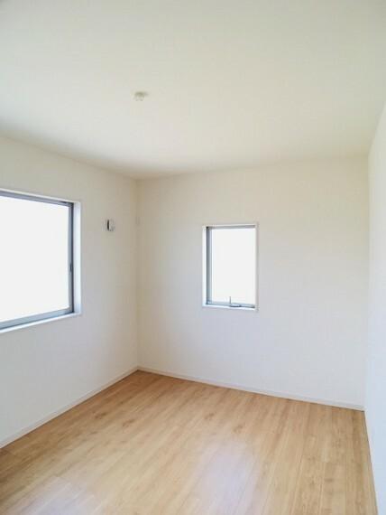 洋室 二面採光で明るい6帖の洋室。 センチュリー21いちにし不動産【一年中休まず営業中】は、 お客様の住まいへの想いをかなえるお手伝いをさせていただきます。