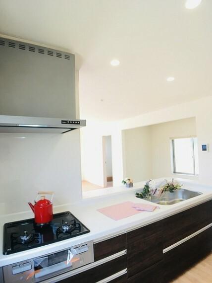 キッチン 開放的で清潔感のあるキッチン! 毎日使うキッチンだからこそゆとりと清潔感が嬉しい。 勝手口つきでゴミ出しに便利。