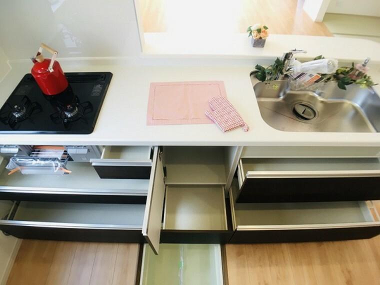 キッチン スライド収納付きシステムキッチン。 パスタ鍋や圧力鍋の出し入れもスムーズ。 食品ストックに便利な床下収納つき。