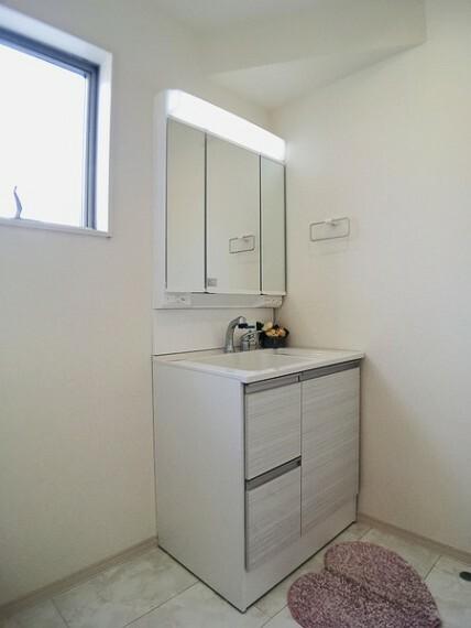 洗面化粧台 ゆとりの洗面スペースで朝の身支度もスムーズに。 忙しい朝にうれしいハンドシャワー付き。 家族そろって身支度可能なゆとりの空間が嬉しいですね。