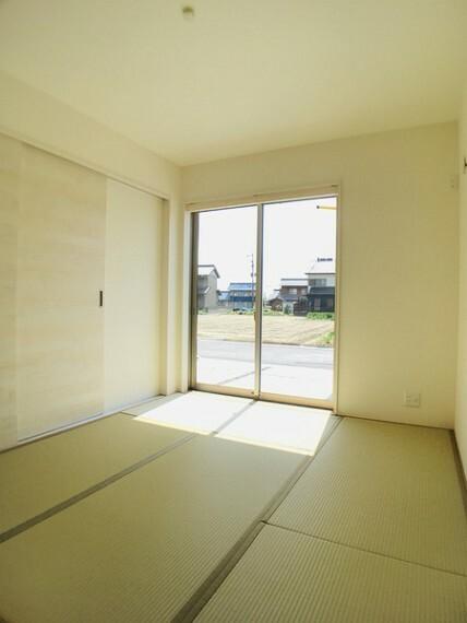 和室 LDKと続き間の6帖の和室。 お子様のお昼寝やプレースペースとしても。