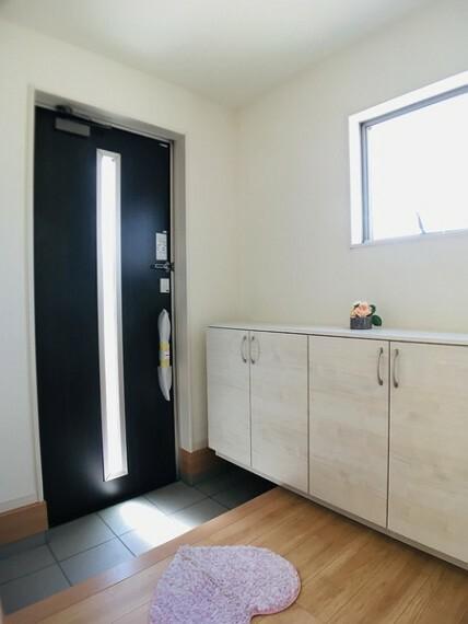 玄関 家の第一印象は「玄関」で決まる。 「いってきます」「ただいま」の元気な声が 毎日響きそうな明るい玄関です。