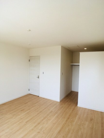 洋室 バルコニーに出られる8帖洋室 センチュリー21いちにし不動産【一年中休まず営業中】は、 お客様の住まいへの想いをかなえるお手伝いをさせていただきます。