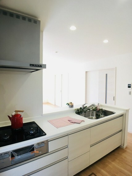 キッチン ご家族やお客様との会話も楽しめる人気の対面キッチン。 キッチンでお料理をしながらリビングが見渡せる安心感が嬉しいですね。 キッチン壁面に小窓を設置し、 明るさをプラス。