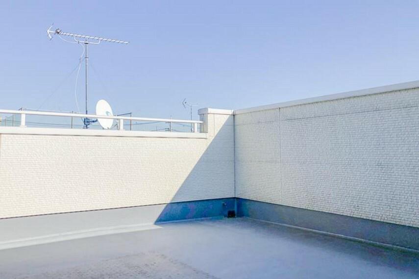 バルコニー 南バルコニーから差し込む陽光・通風は、住環境・快適性と共に有り続ける貴重な「財産」です。この新築戸建に住まう事で手に入れるものは、きっと日常にとっても貴重な存在となるはずです。