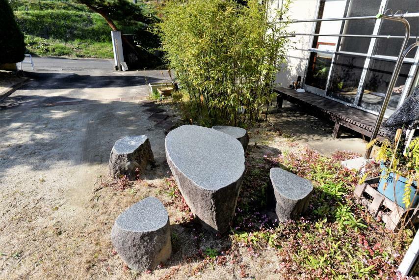 庭 お庭には石のテーブルセットも。天気のいい日は庭を眺めながらお茶を楽しめます。
