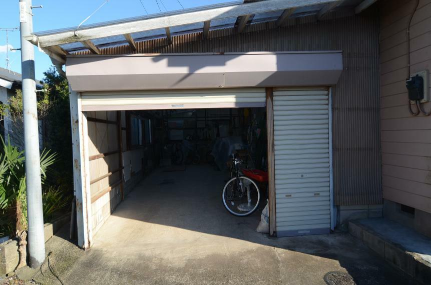 外観写真 北側にガレージ車庫あり