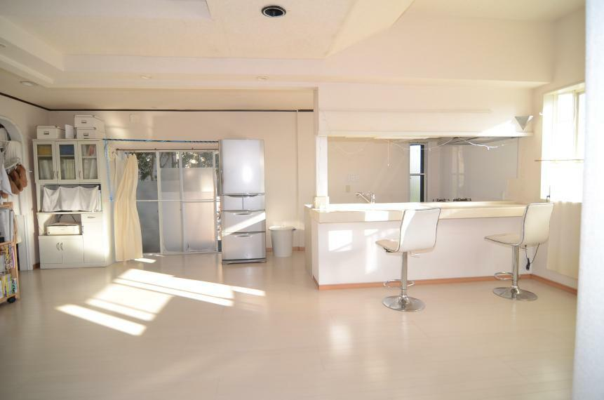 リビングダイニング 白で統一された広々空間