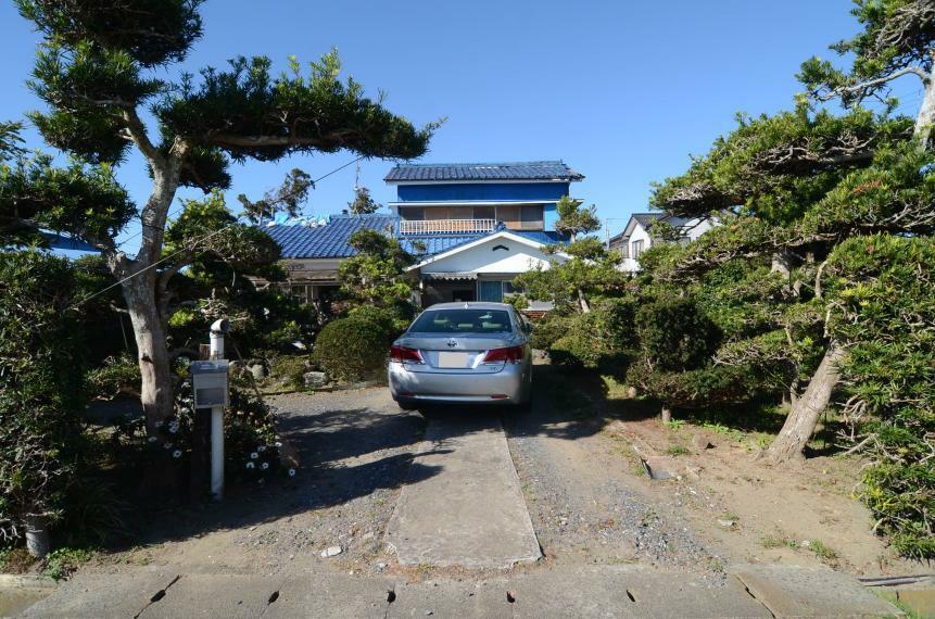 駐車場 敷地入口と駐車場スペース