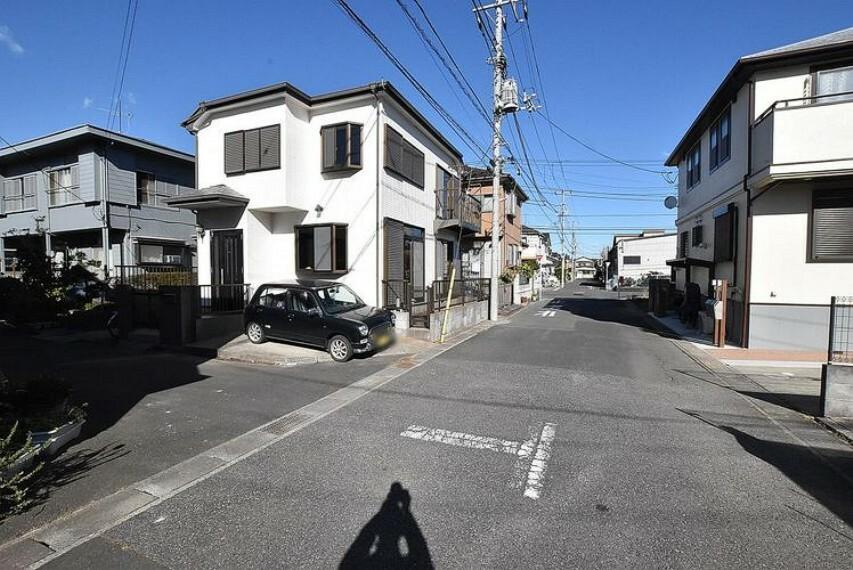 外観写真 前面道路 閑静な住宅地で車通りの少ない道路です。車の出し入れが苦手な方やお子様にも安心ですね