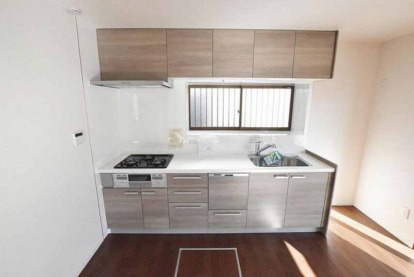 キッチン キッチン 動線を考えるとキッチンの後ろにダイニングテーブルを配置することができて便利ですね。