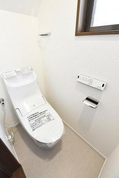トイレ トイレ リモコンもスマートでスタイリッシュ。見た目もスッキリ汚れの付きにくい節水型トイレです。