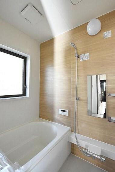 浴室 【浴室】ゆったり足が伸ばせるので毎日の疲れを癒やすバスタイムを実現。ご家族みんなでも入れますね