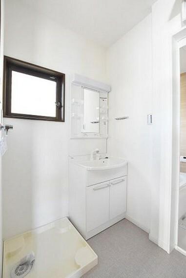 洗面化粧台 洗面室 シャワー機能付きの洗面台には使いやすい横長ボウル、スマート収納と充実しています。