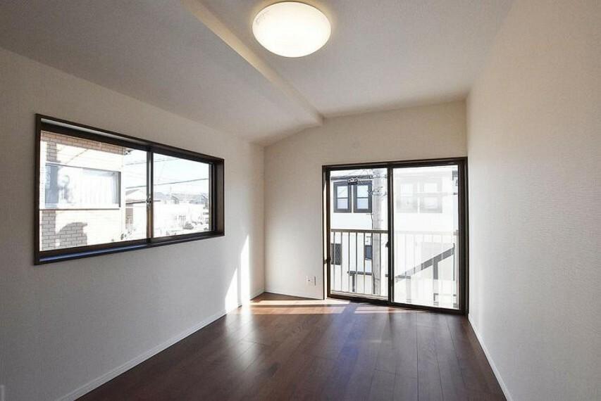 洋室 洋室 光が沢山取り込める窓。2面採光なので日差しを長時間受ける事が出来る暖かいお部屋です