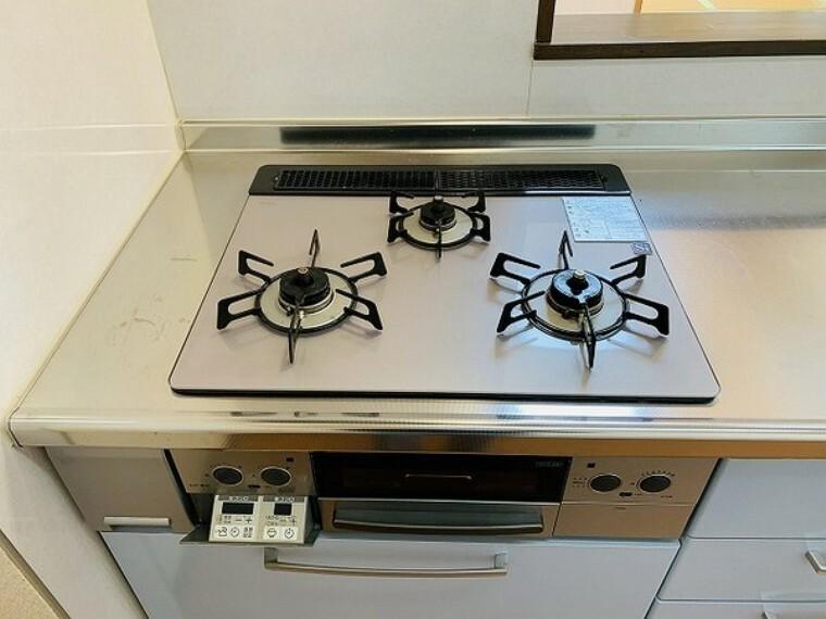 キッチン 三口コンロでお料理の幅も広がりそうですね!