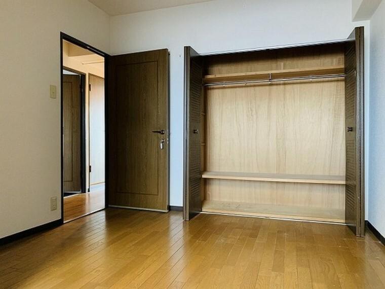 寝室 寝室・クローゼット付きで収納も充実していて寝室として使いやすいお部屋です。