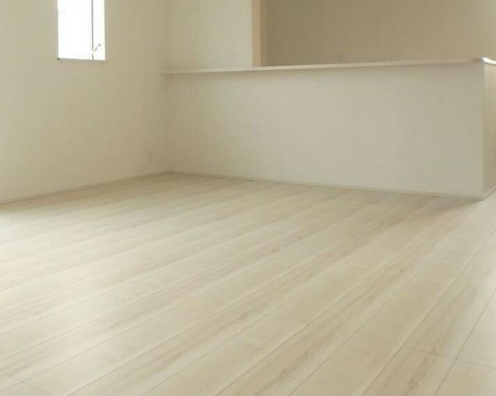 居間・リビング キッチンに隣接のダイニングスペースが広く