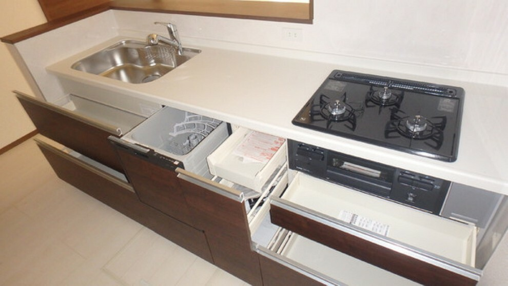 キッチン 三口コンロとグリルと食器洗い機で快適料理