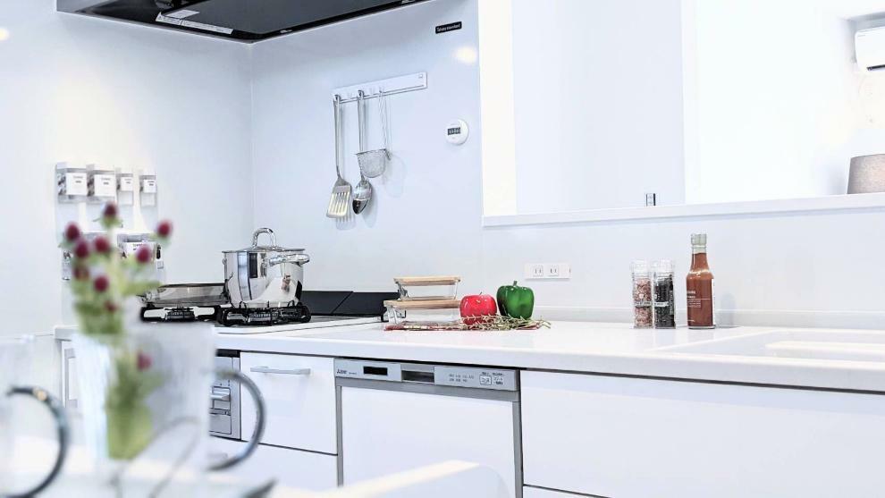 リビングダイニング ガラストップコンロ・食洗器付きでお手入れのしやすいキッチン!清潔感のあるホワイトを基調とした飽きの来ないデザインです。