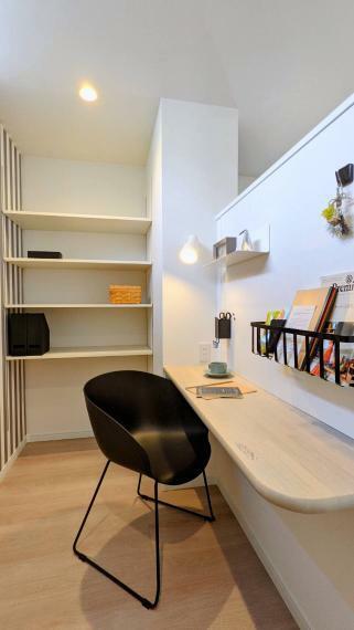 洗面化粧台 キッチンのすぐそばに設けたワークスペース。家事をより効率的にするための役立つスペースです。さらに、LDKからは見えないので掃除用具や買い置きを隠すスペースにもなります。
