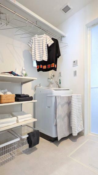 寝室 来客時には洗濯物などの生活感が出にくくスッキリ見えるので、お客様に遠慮なく洗面台を使ってもらうことができます。