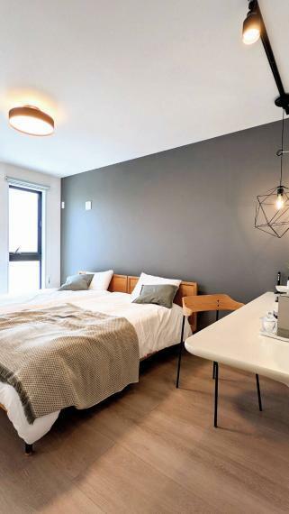 寝室 主寝室はダブルベットもゆったり置くことができる広さ!