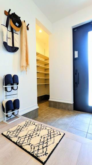 玄関 大きめに取った玄関には、シューズクロークを設けました。靴以外の物も収納でき、いつも綺麗な玄関周りを保つことができます。