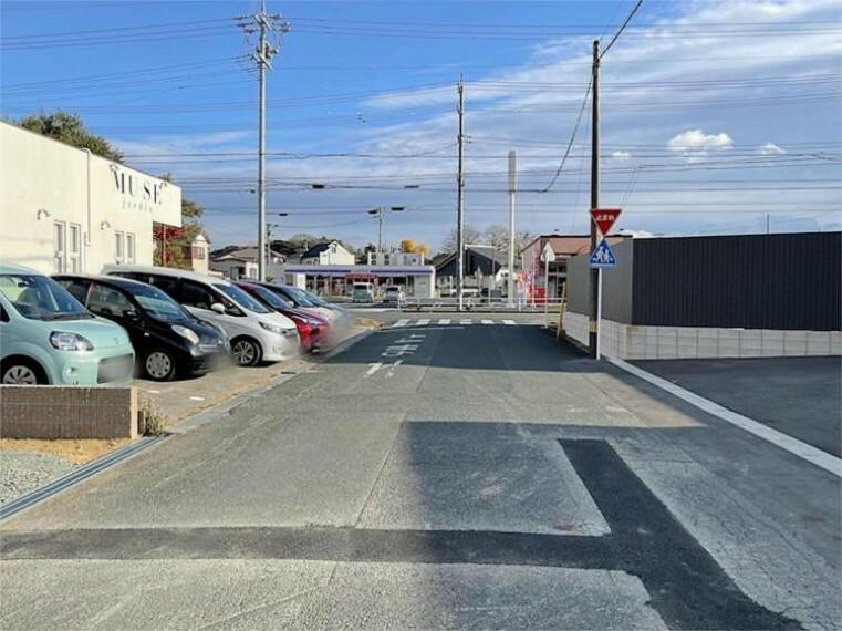 現況写真 前面道路は公道で、車のすれ違いもラクラクな広々約7.50mの幅があります