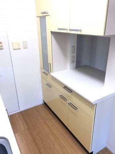 キッチン 備え付けの食器棚とカウンターが一体となっております。