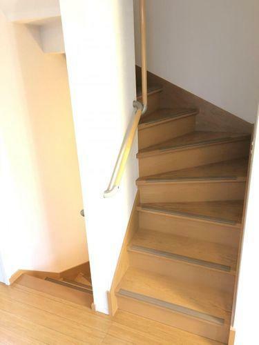 階段には手すりが設置されており、ご高齢の入居者様がいらっしゃる家庭にも安心です。