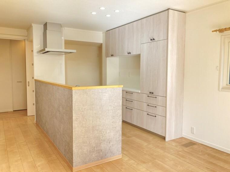 キッチン A区画キッチン(2021年2月撮影)お皿や調理器具をたっぷり収納でき、すっきりとした空間を保つことができます。