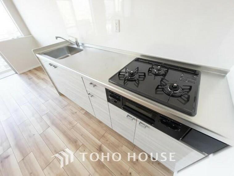 キッチン 料理効率を上げる3口コンロ、使い易い収納を完備したシステムキッチンにリフォーム済みです。