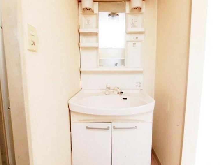 洗面化粧台 朝の支度にも便利な洗面化粧台です。