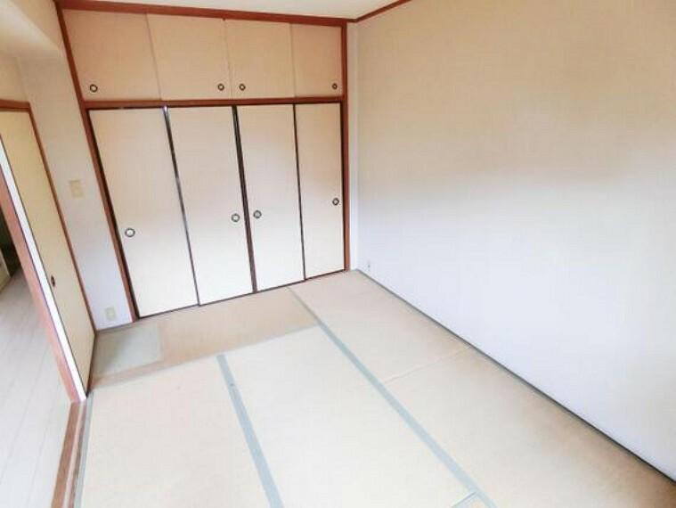 和室には、お布団など大きな物の収納にも便利な押入がございます。