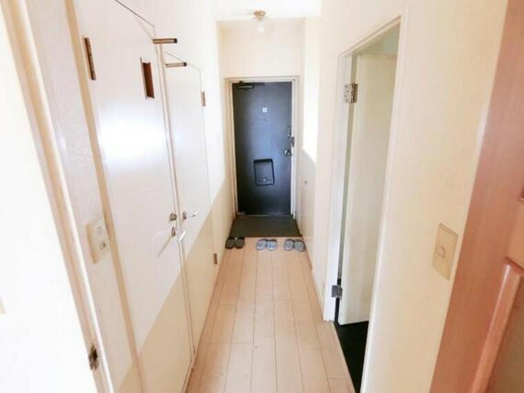 玄関 玄関からリビングへ続く廊下です。