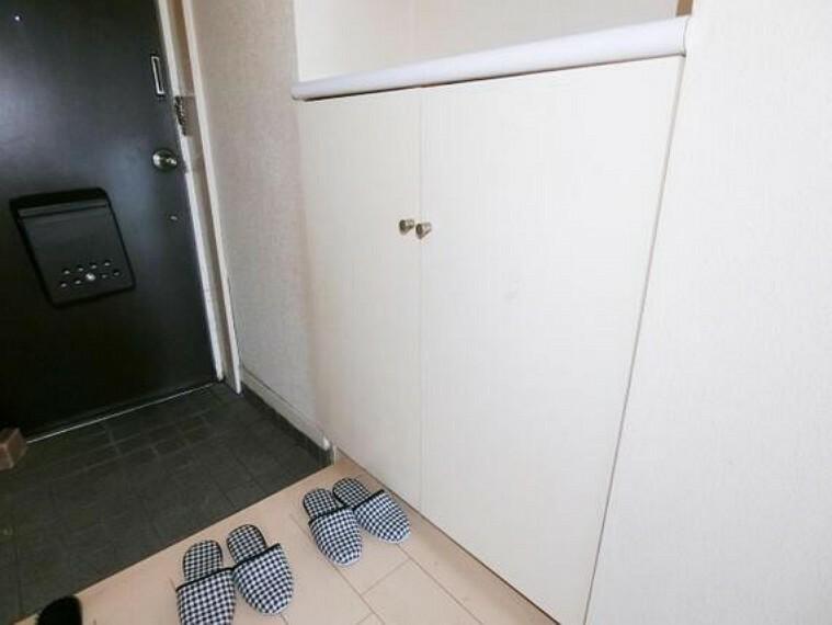 玄関 シューズボックス付きで、玄関がスッキリと片付きそうですね。