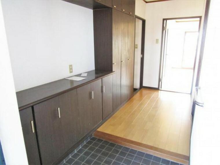 玄関 【リフォーム前12/17撮影】玄関の床はクリーニング、鍵・照明・シューズボックスは交換いたします。シューズボックスの棚板は可動式で高さも調節できるので散らかりがちな玄関もすっきり片付きます。