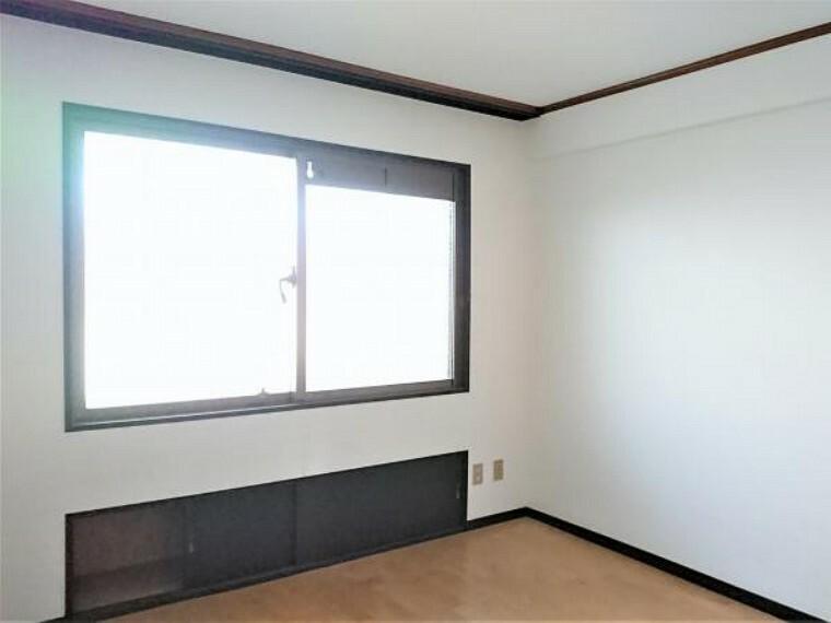 【リフォーム前12/17撮影】北側洋室です。フロアの重張、クロスの張替、照明・火災報知機の新品交換等を行います。寝室にいかがですか。