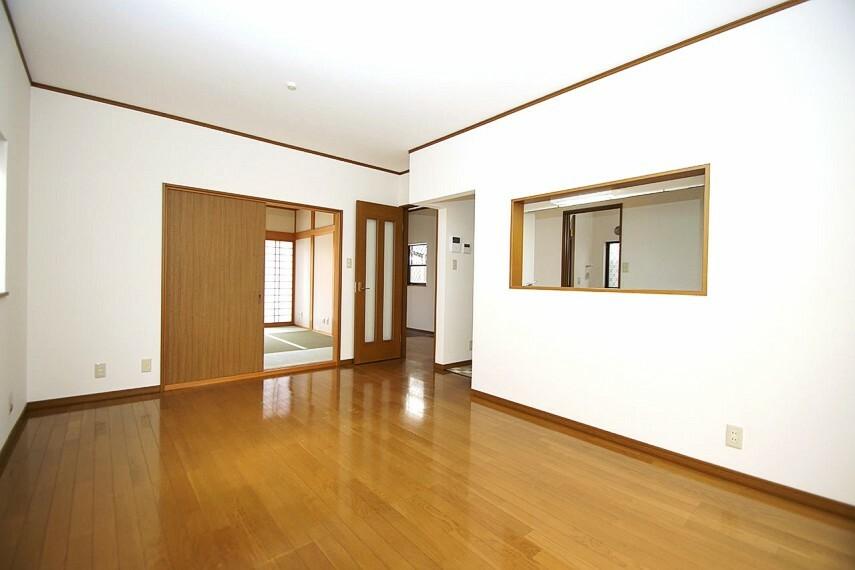 居間・リビング 使い勝手がいい和室と続き間のLDK約14帖。壁と天井のクロスを張替えてきれいになりました。